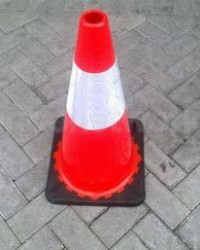 TRAFFIC CONE RUBBER 75CM BASE HITAM